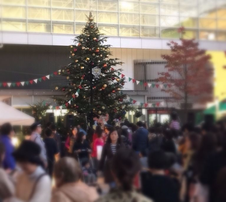 たまプラーザ駅のクリスマスツリーの点灯式の前の様子です。