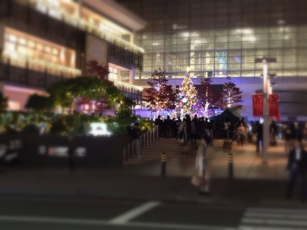 たまプラーザ駅のクリスマスツリーの点灯式の様子です。