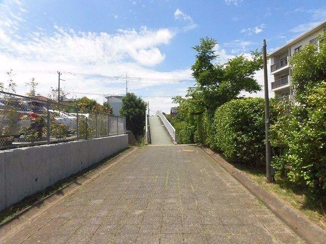 たまプラーザ団地遊歩道から太鼓橋