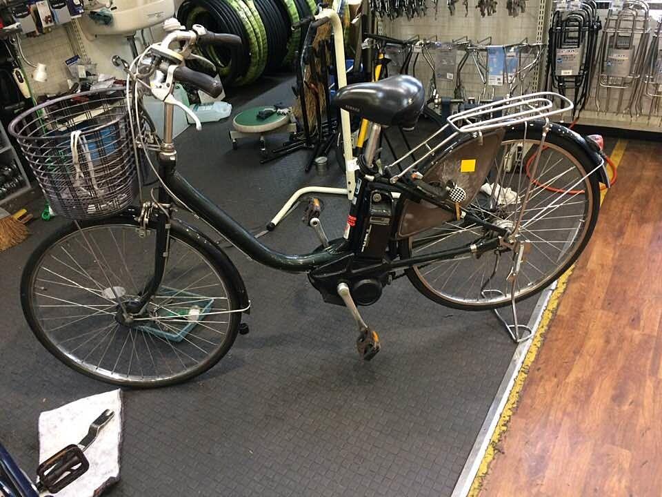サイクルベースあさひあざみ野店で修理してもらっている私に自転車