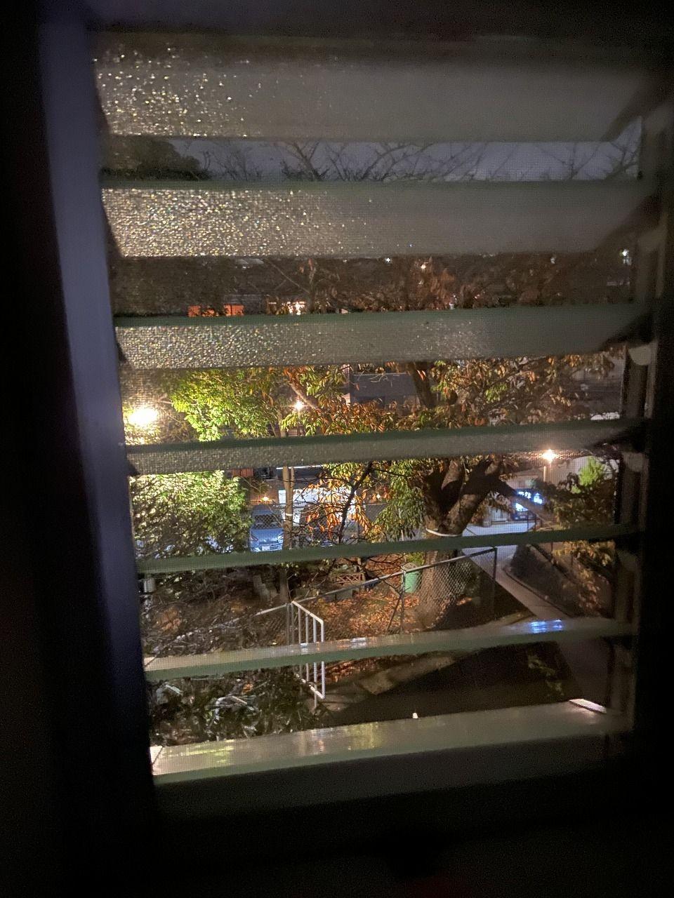 ジャロジー窓から見たたまプラーザ団地の夜の紅葉の様子