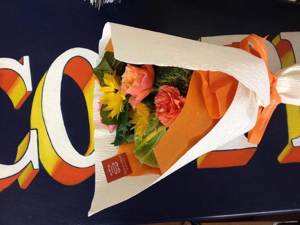 クーパーズ不動産店内で撮影した花束