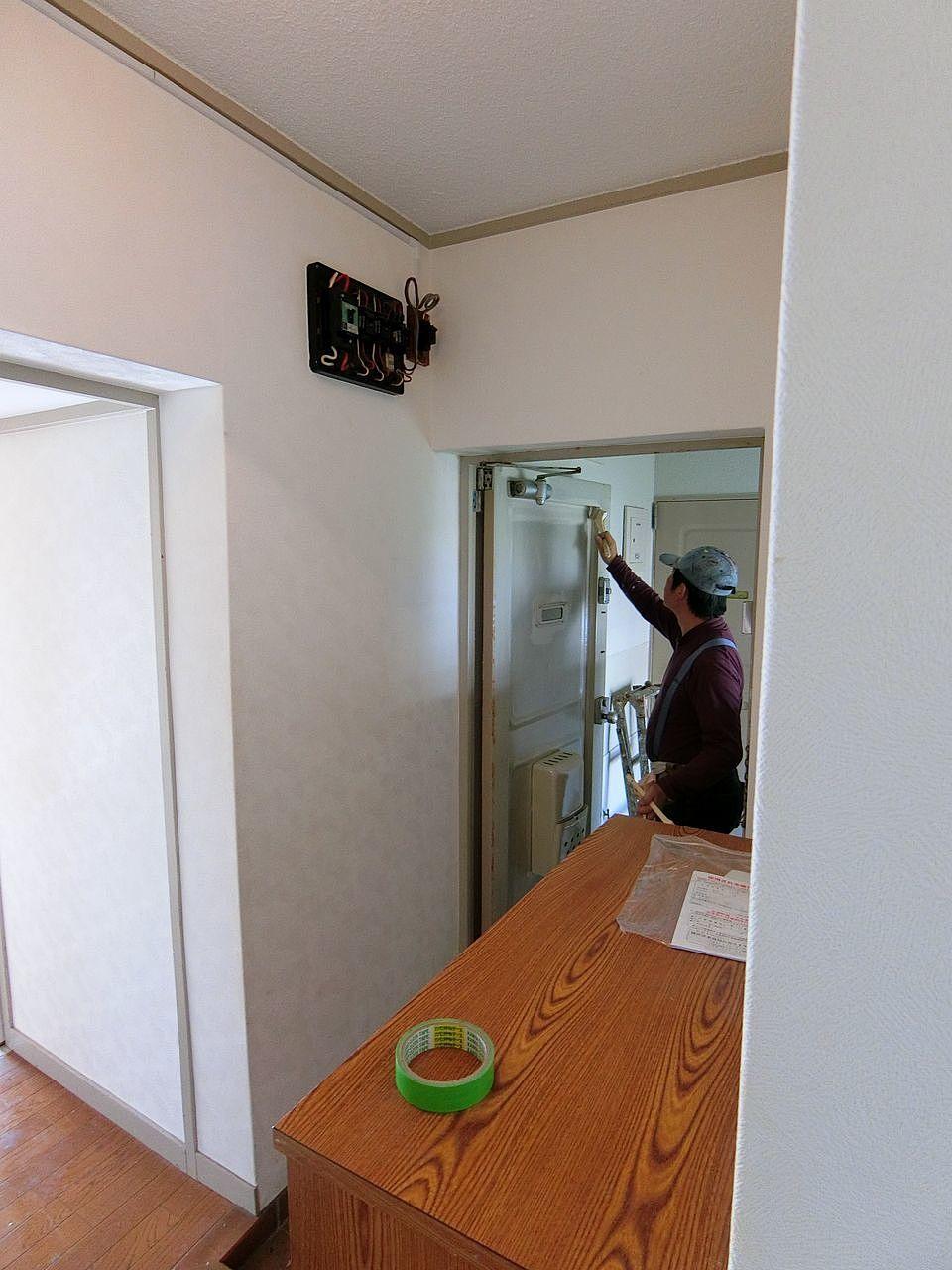 玄関ドアー内側のペンキ塗装作業中