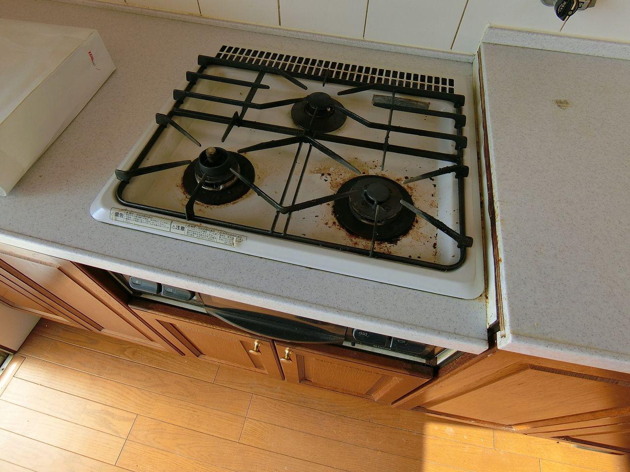 たまプラーザ団地のシステムキッチンの老朽化した3口ガスコンロ
