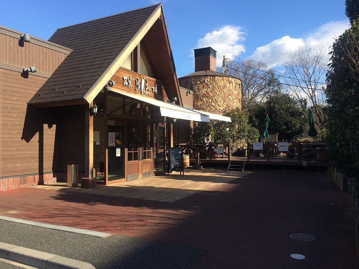 石窯工房ベルべ たまプラーザ店の建物外観とテラス席