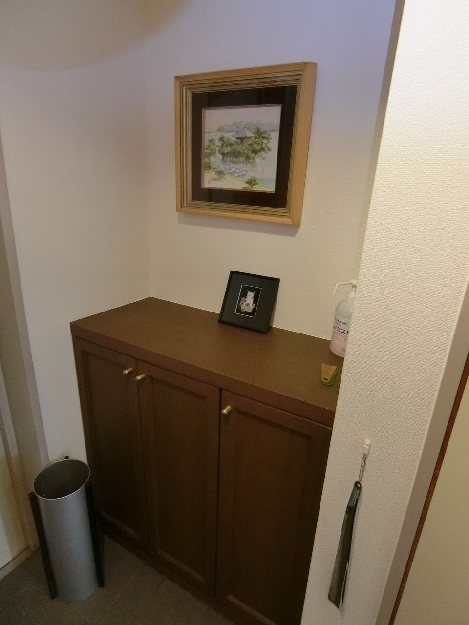 たまプラーザの美しが丘法律事務所の靴箱の上のご友人から頂いた小物