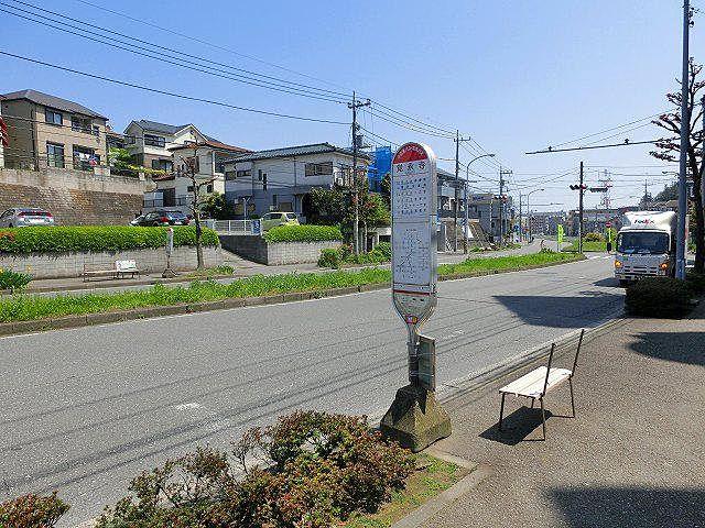 上りのバス停は、通りを渡った側になります。