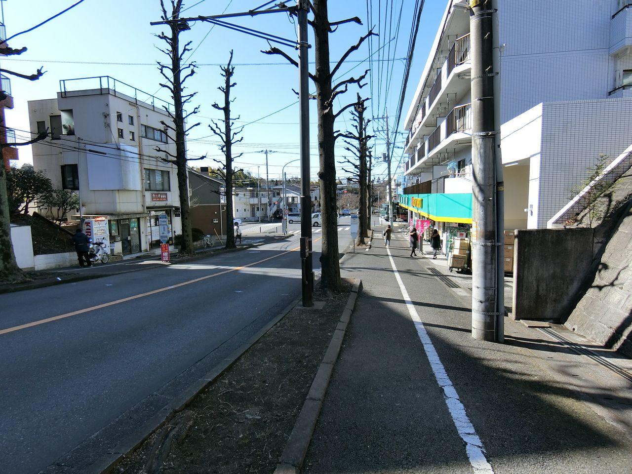 交差点『保木入口』の角に立地するFit Care DEPOT 元石川店の周辺の様子 店舗の近くには、バス停『保木入口』が有ります。
