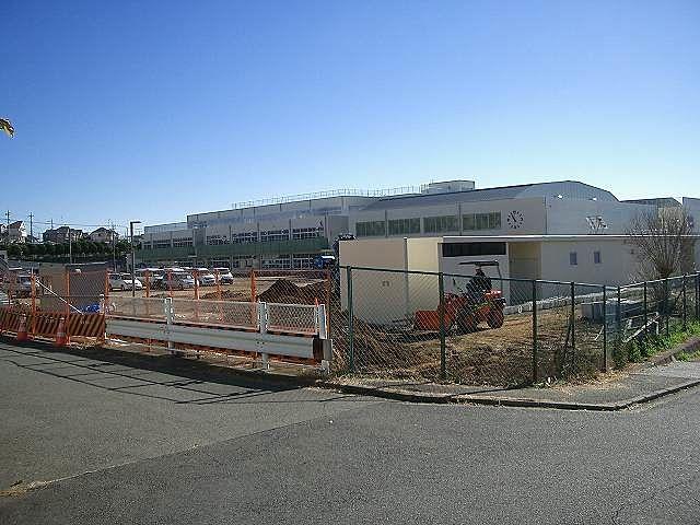 美しが丘西小学校の建物外観の様子です。住所は横浜市青葉区美しが丘西 二丁目48番地1です。