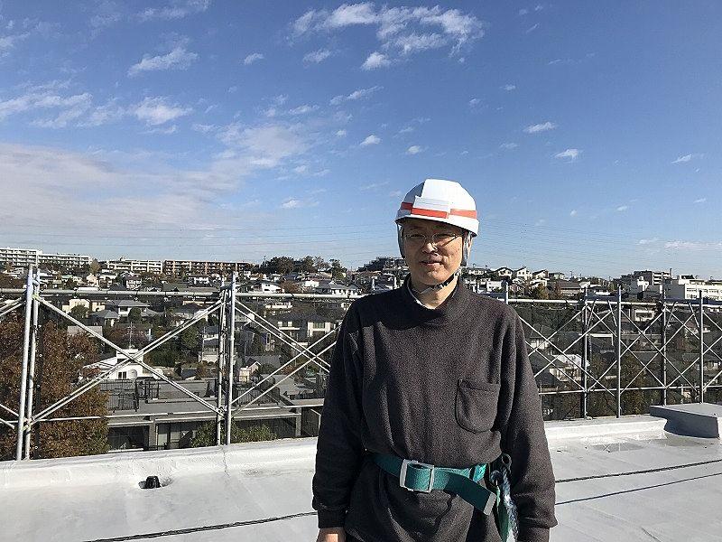 たまプラーザ団地の屋上に登って緊張する稲吉靖彦
