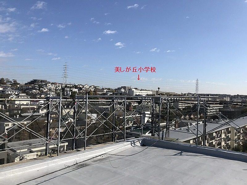 たまプラーザ団地の屋上からの美しが丘中学校方向の眺望