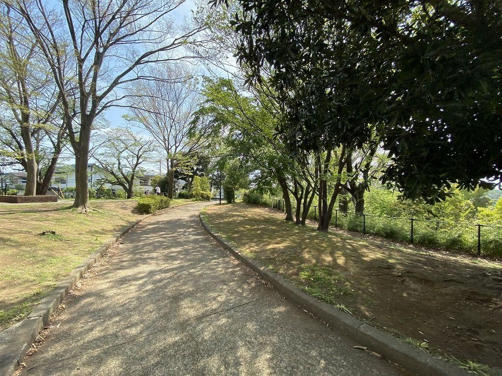 横浜市青葉区美しが丘4丁目の山内公園の散歩道