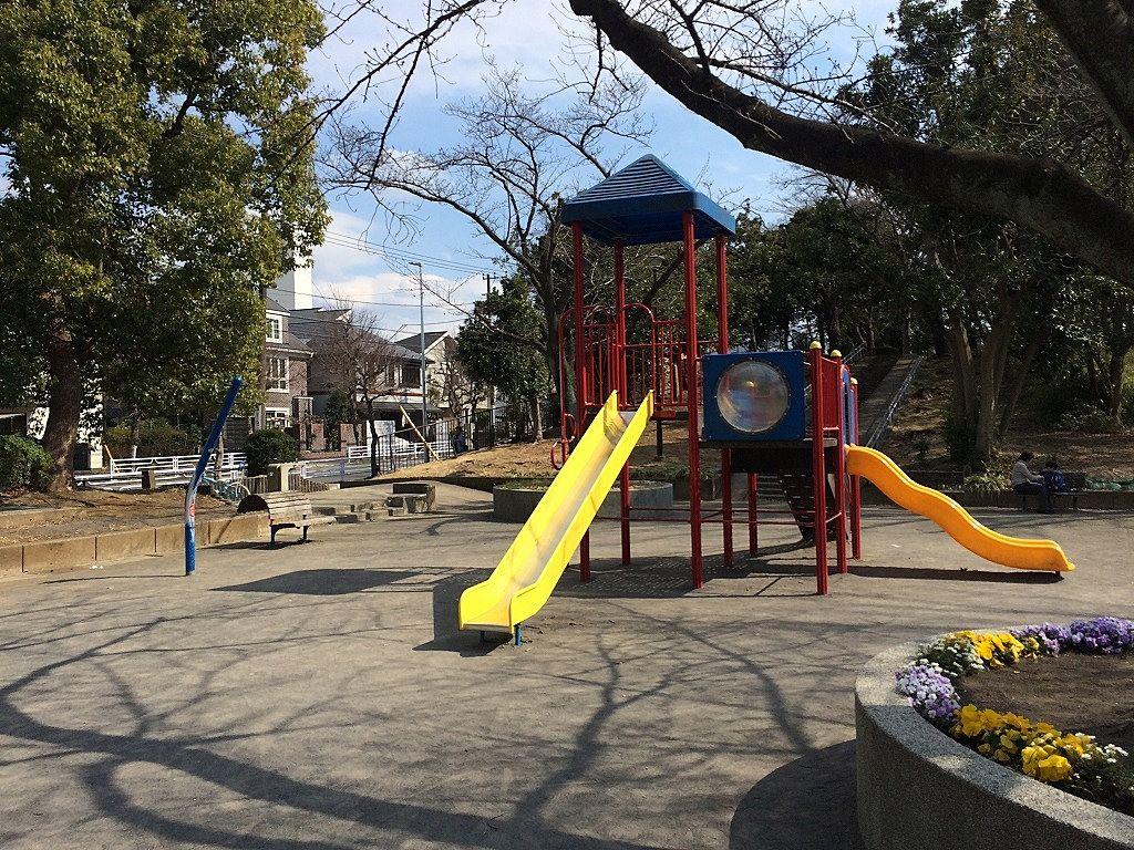 横浜市青葉区美しが丘4丁目の山内公園の遊具場の様子です。