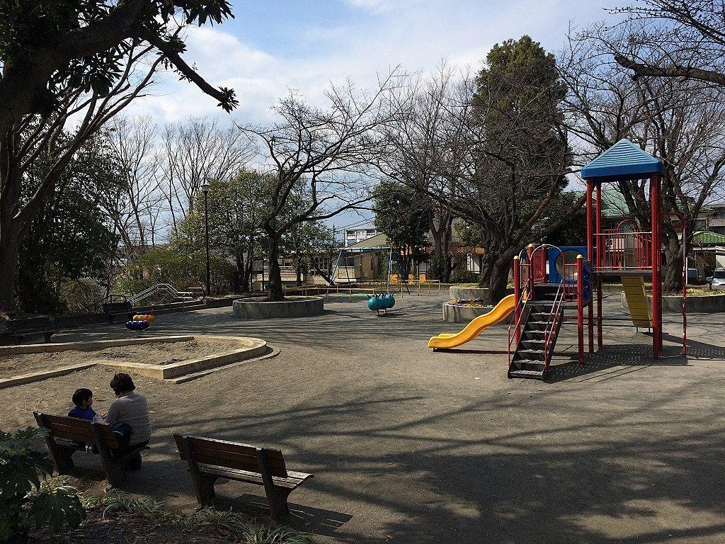 横浜市青葉区美しが丘4丁目の山内公園の遊具場の複合遊具の様子です。