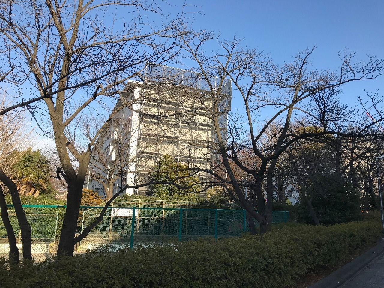 大規模修繕工事が始まった、たまプラーザ団地1-3号棟(美しが丘1丁目17)の様子です。