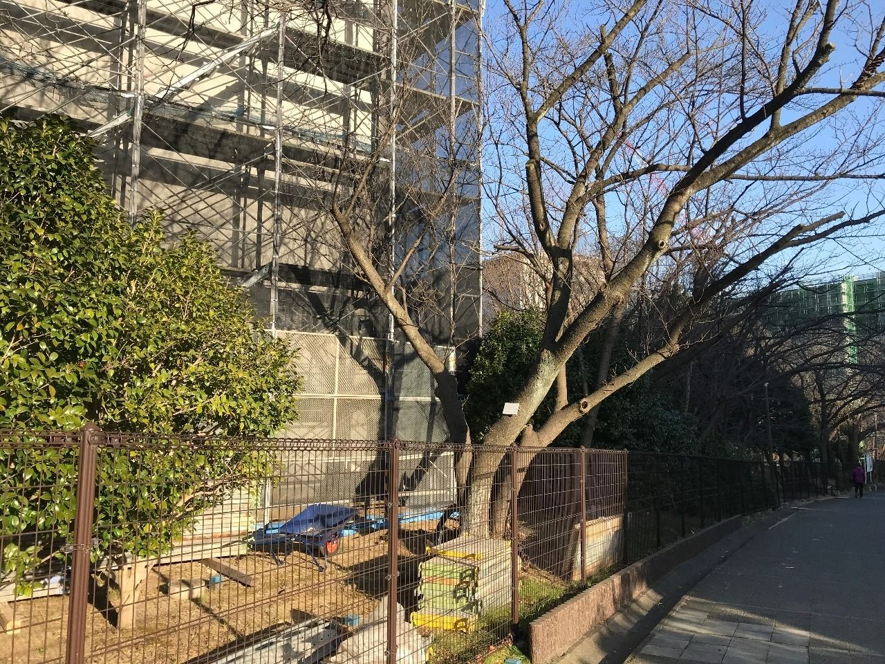 大規模修繕工事が始まったたまプラーザ団地1-2号棟(美しが丘1丁目14)の様子です。
