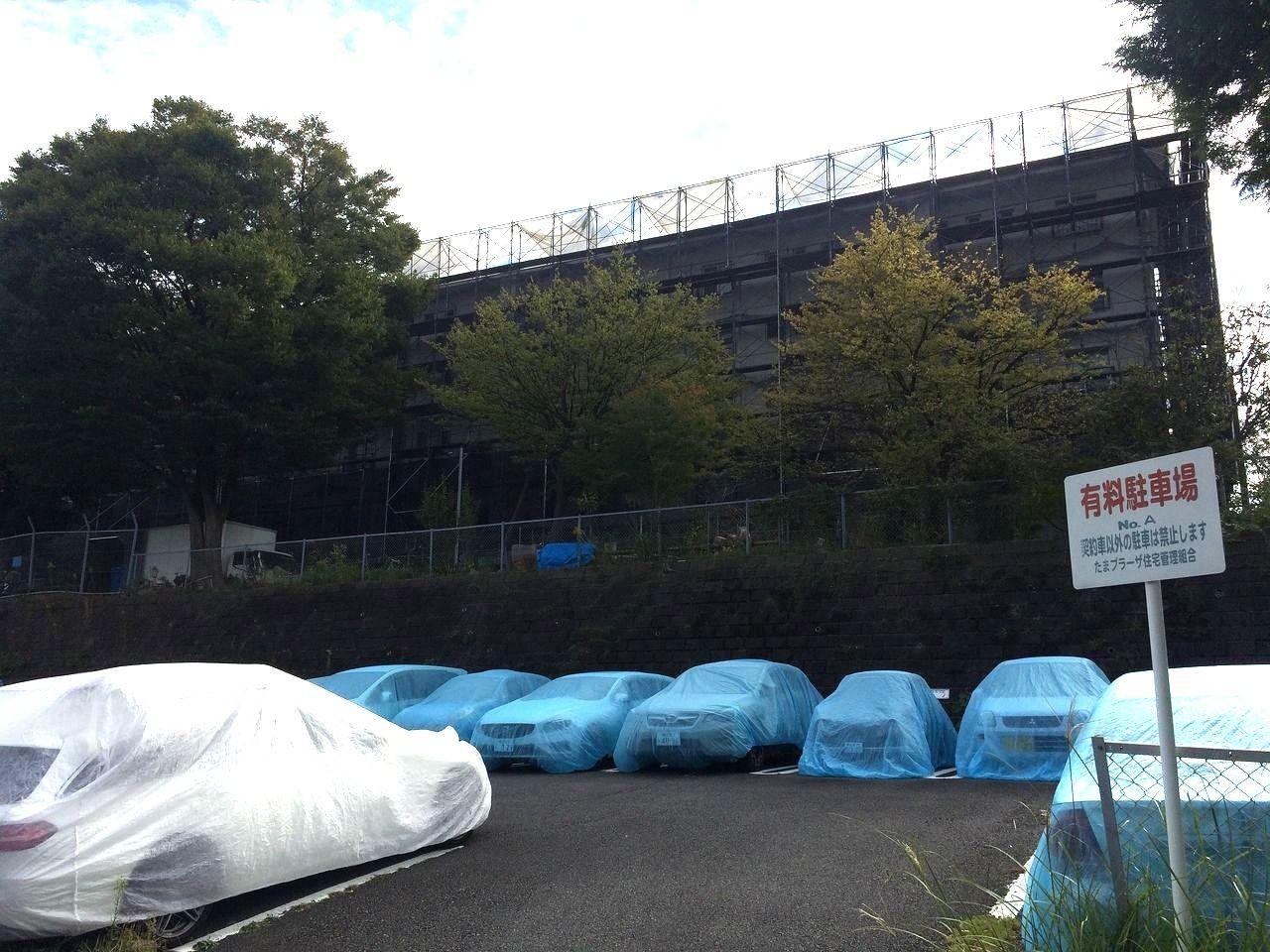 たまプラーザ団地の№A駐車場から見た屋上防水工事の様子