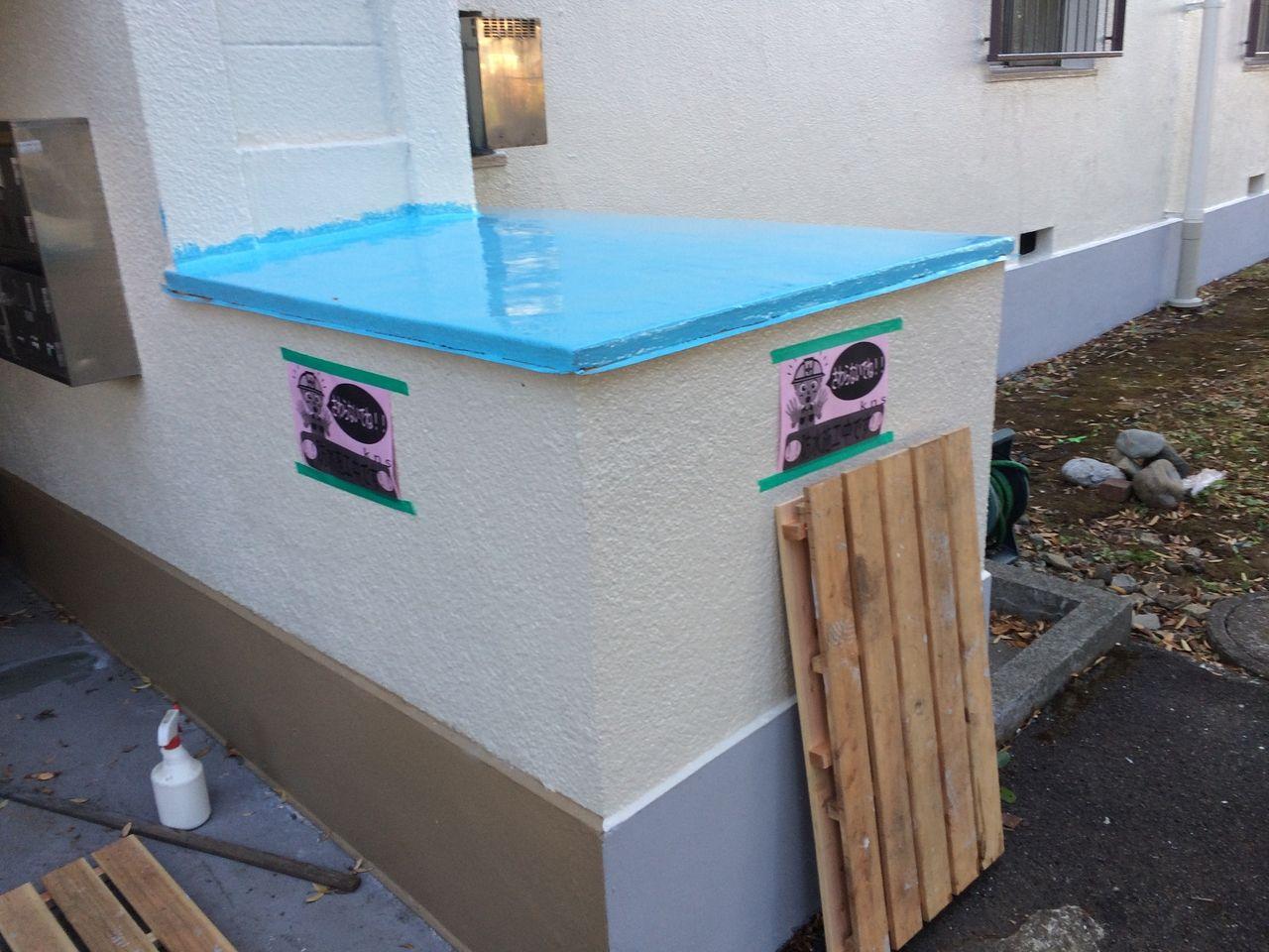 共用部の収納ボックスの上部も新たに防水塗装