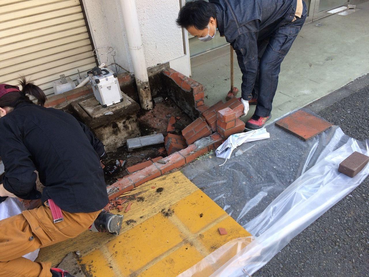 クーパーズ不動産の店先の花壇のレンガを解体