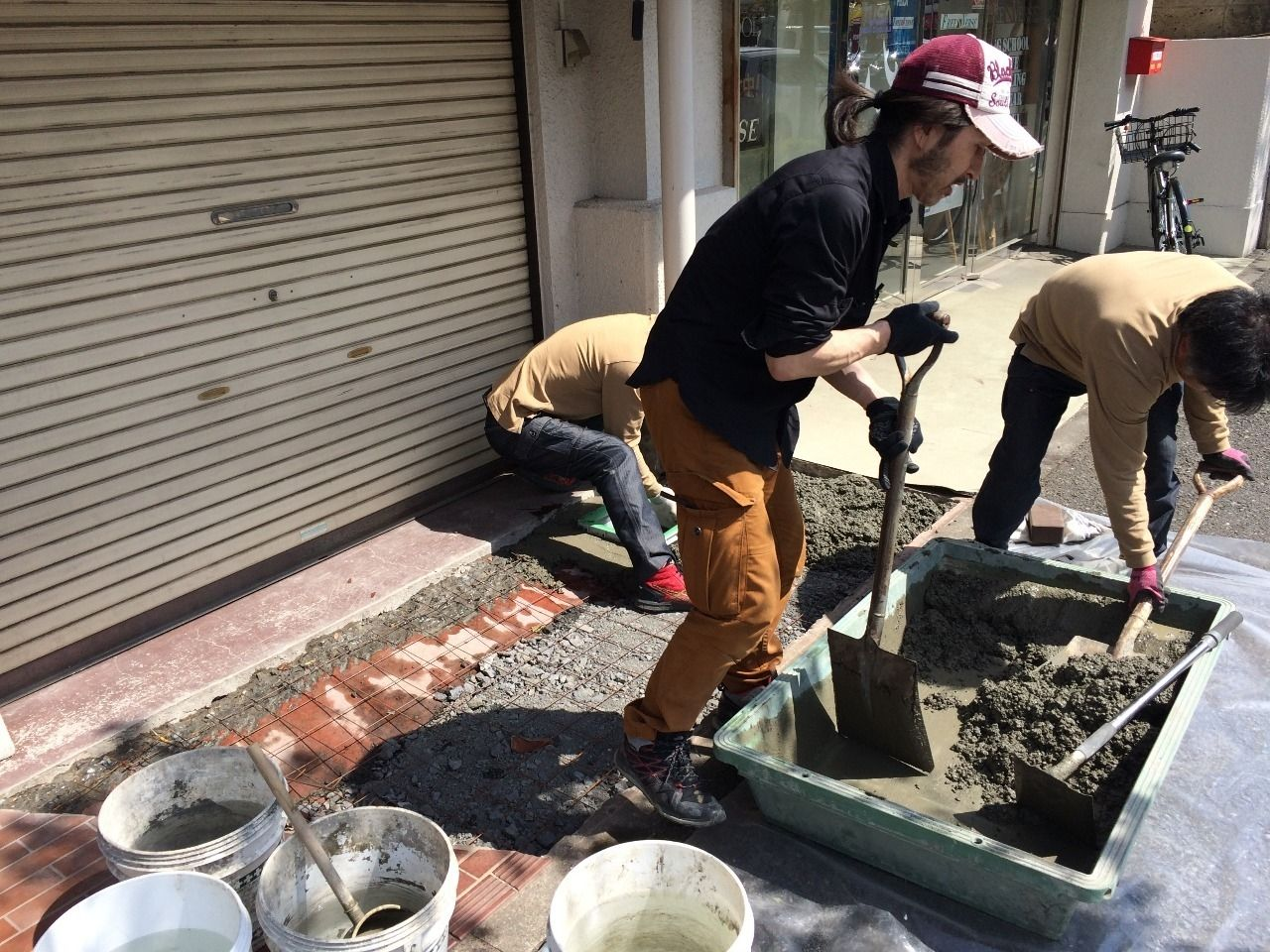 クーパーズ不動産の店先の土間コンクリート打ち。
