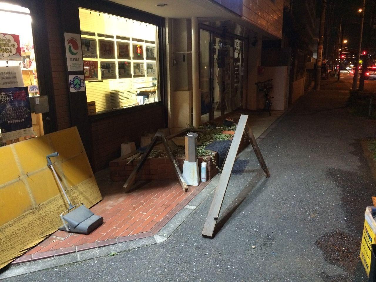 クーパーズ不動産の店先の看板解体