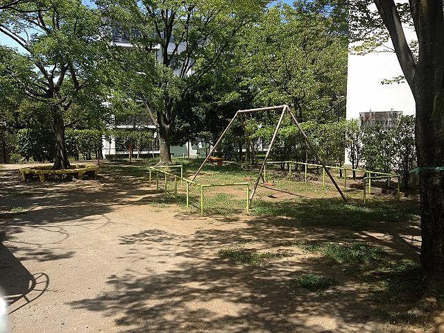 たまプラーザ団地4街区の敷地内の公園の様子です。