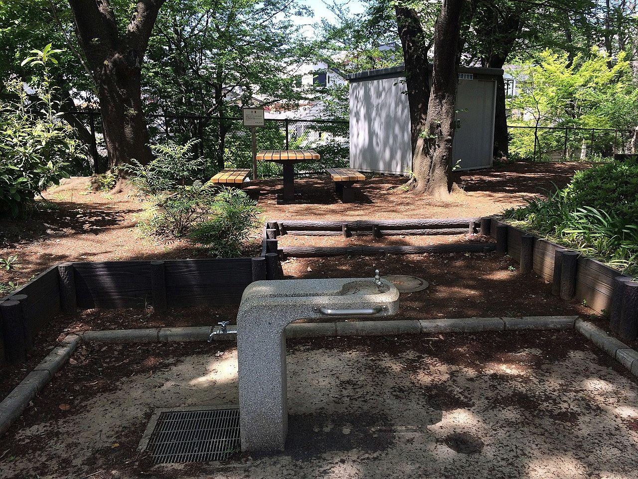 美しが丘第七公園のベンチと水飲み場