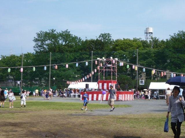 たまプラーザ夏まつり・盆踊り会場(美しが丘公園)のやぐら(昼)