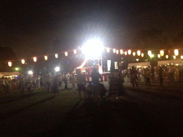 たまプラーザ夏まつり・盆踊り会場(美しが丘公園)のやぐら(夜)