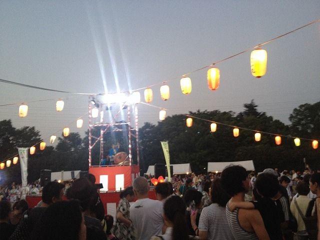 たまプラーザ夏まつり・盆踊り会場(美しが丘公園)のやぐら(夕方)