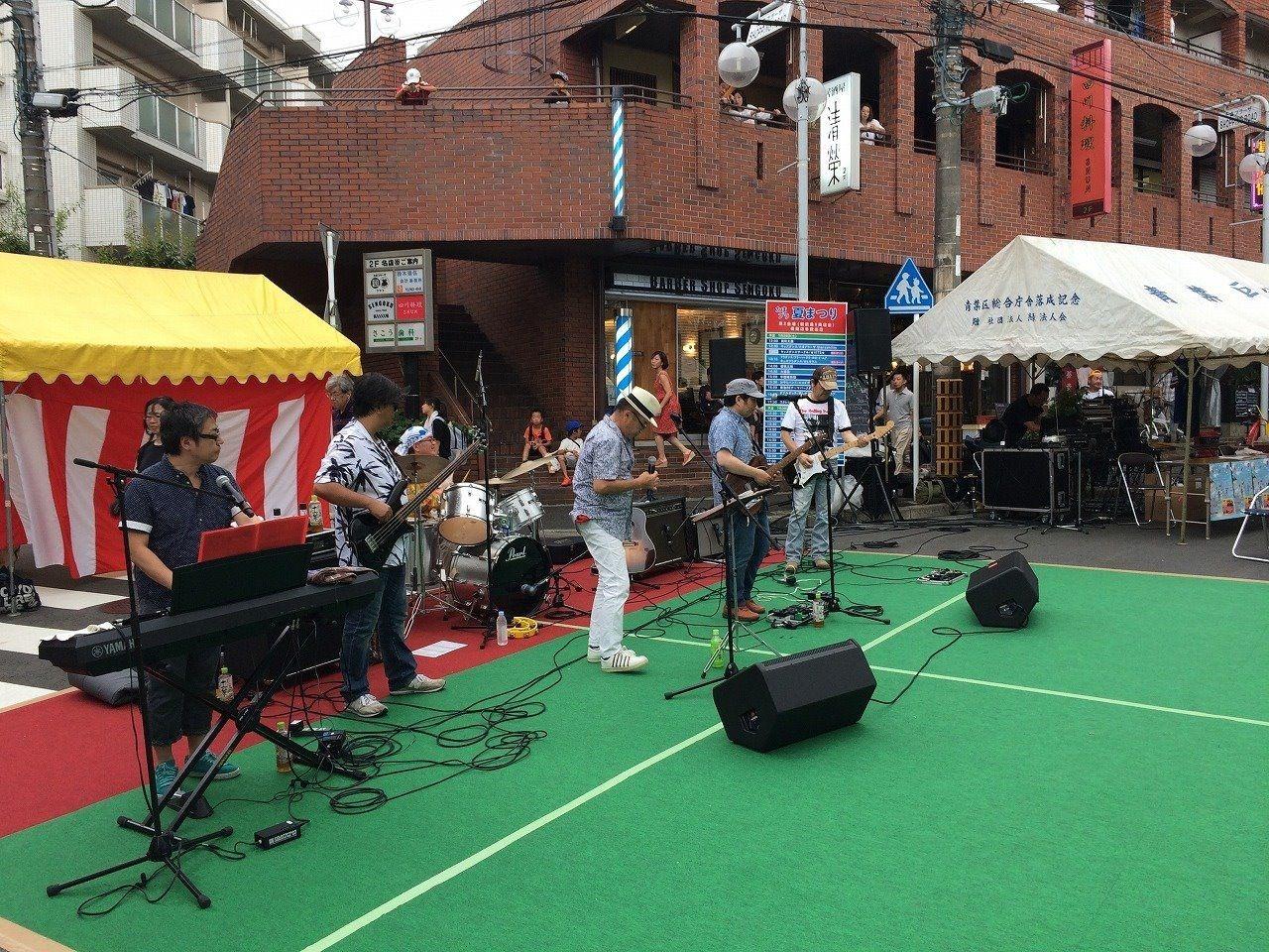 たまプラーザ夏まつりでのエコダディーズのバンド演奏