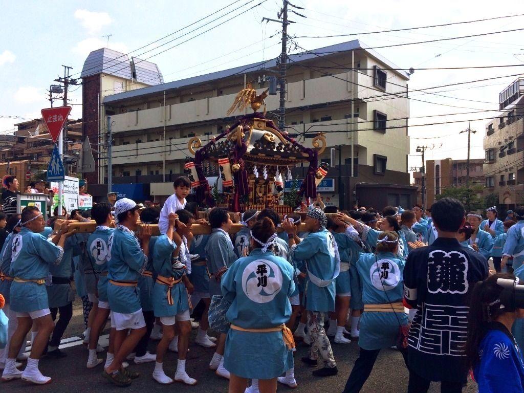神輿 熱気がすごい!平川神社(横浜市青葉区美しが丘4丁目)の秋祭りの様子です。