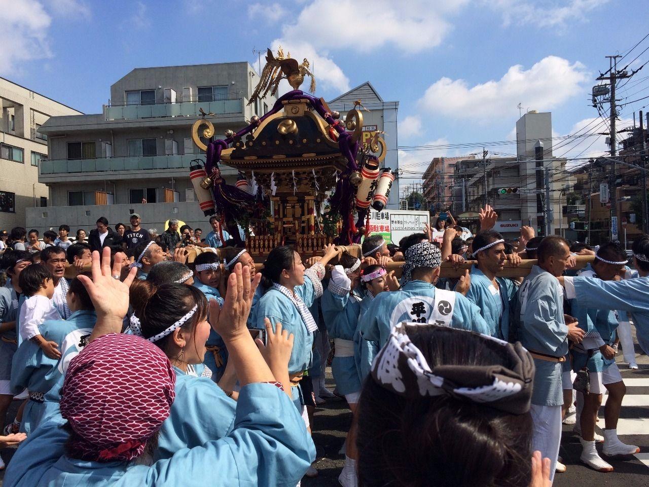 平川神社(横浜市青葉区美しが丘4丁目)の秋祭りの様子です。 神輿