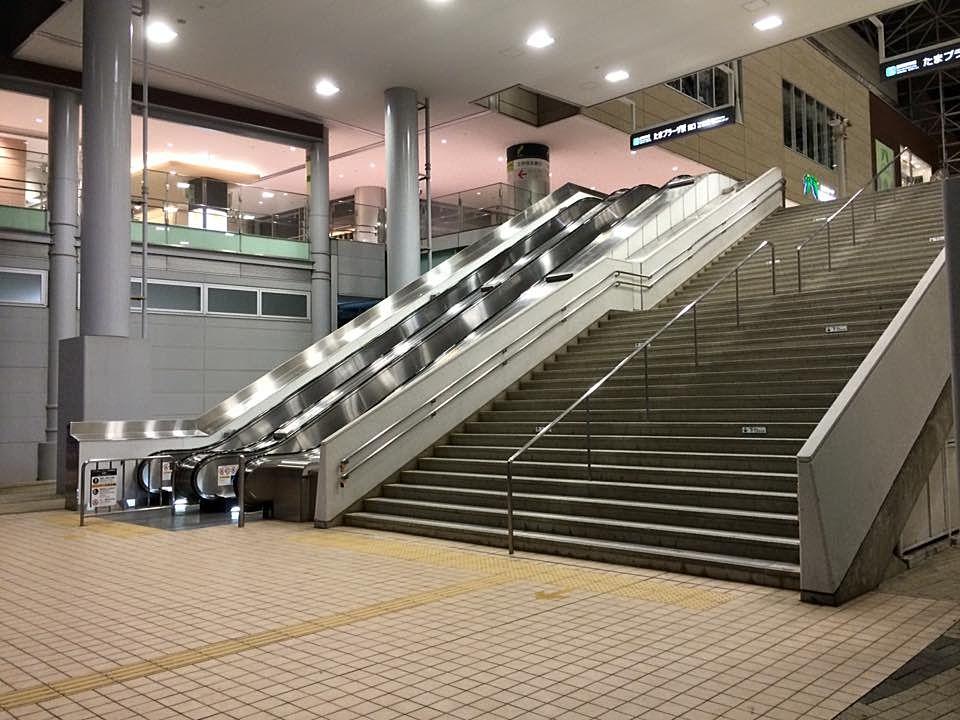 たまプラーザ南口の階段、エスカレーターの様子