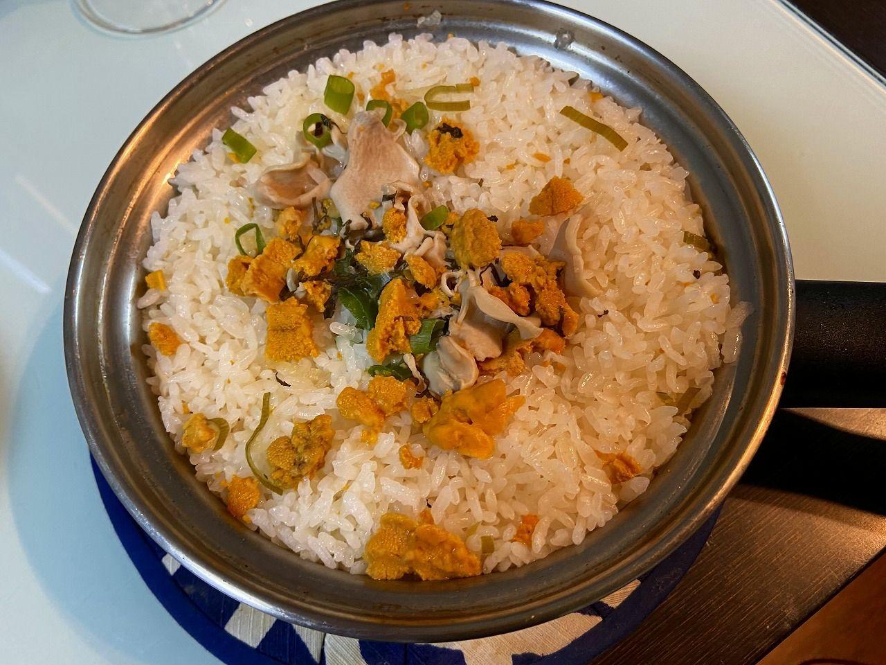八戸周辺のウニとアワビといった海の恵みを豪快に盛って浜辺で食べた煮付け料理をルーツに持つ「いちご煮」の缶詰を使った炊き込みご飯