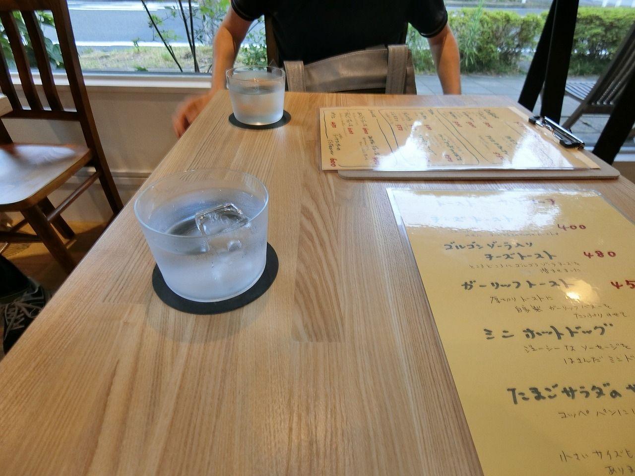 「Madalena Cafe」(マダレーナ カフェ) の二人用のテーブル