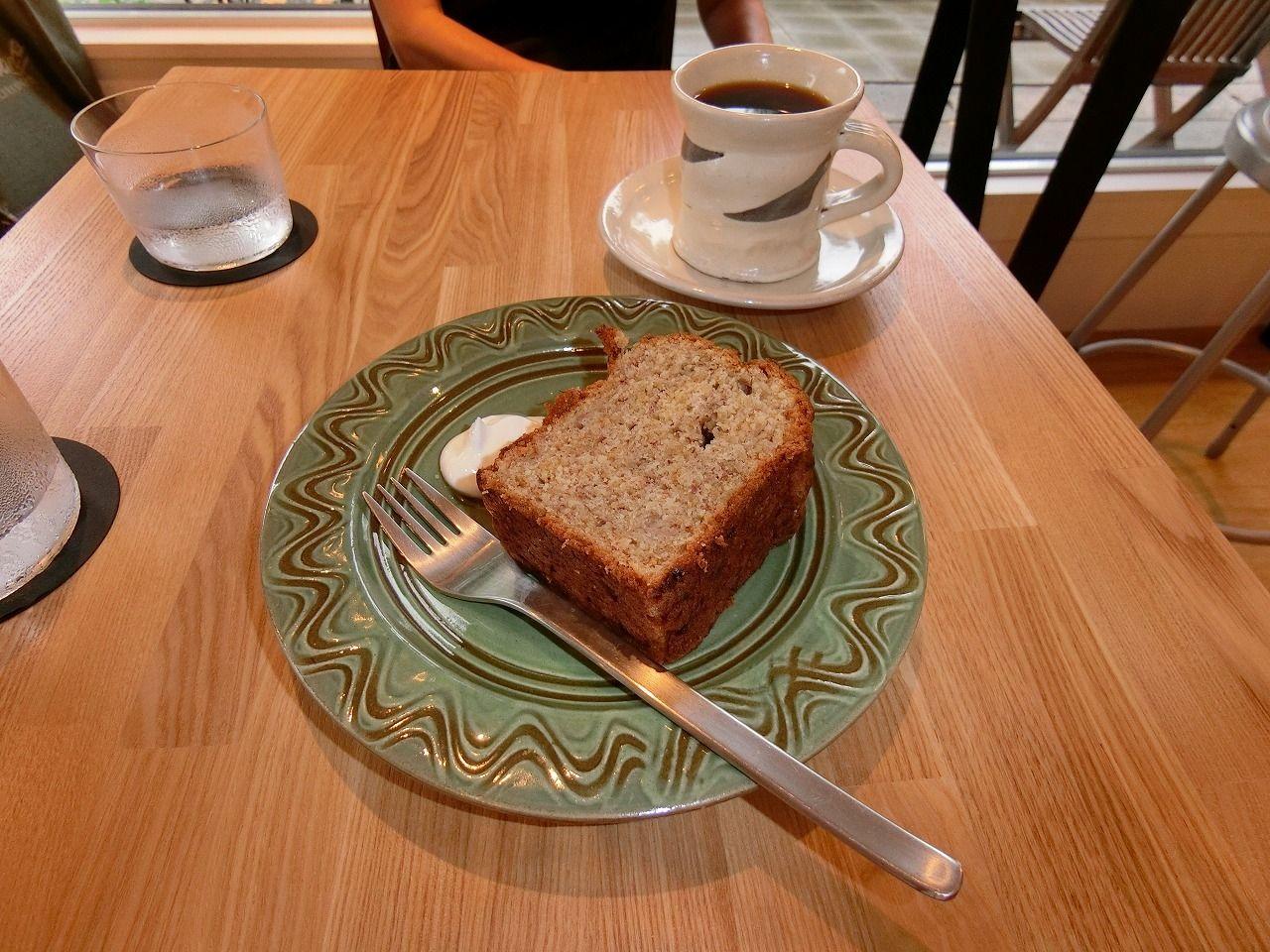 「Madalena Cafe」(マダレーナ カフェ) の「バナナケーキとブラジルコヒー」