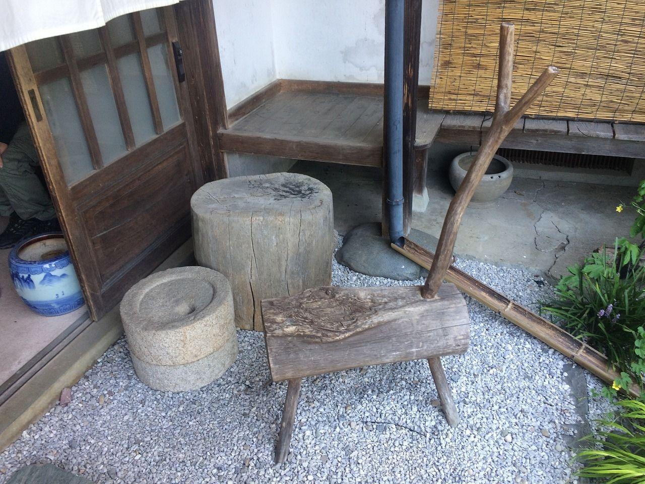 蕎麦屋さん「丹三郎」の店先の「腰かけ」