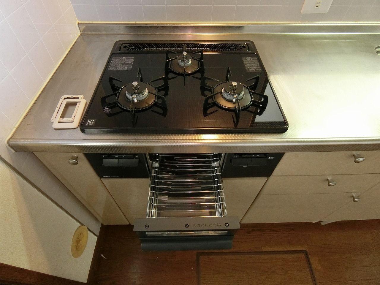 「パークテラスあざみ野」E棟の独立キッチン・3口ガスコンロシステムキッチン キッチン・グリル付