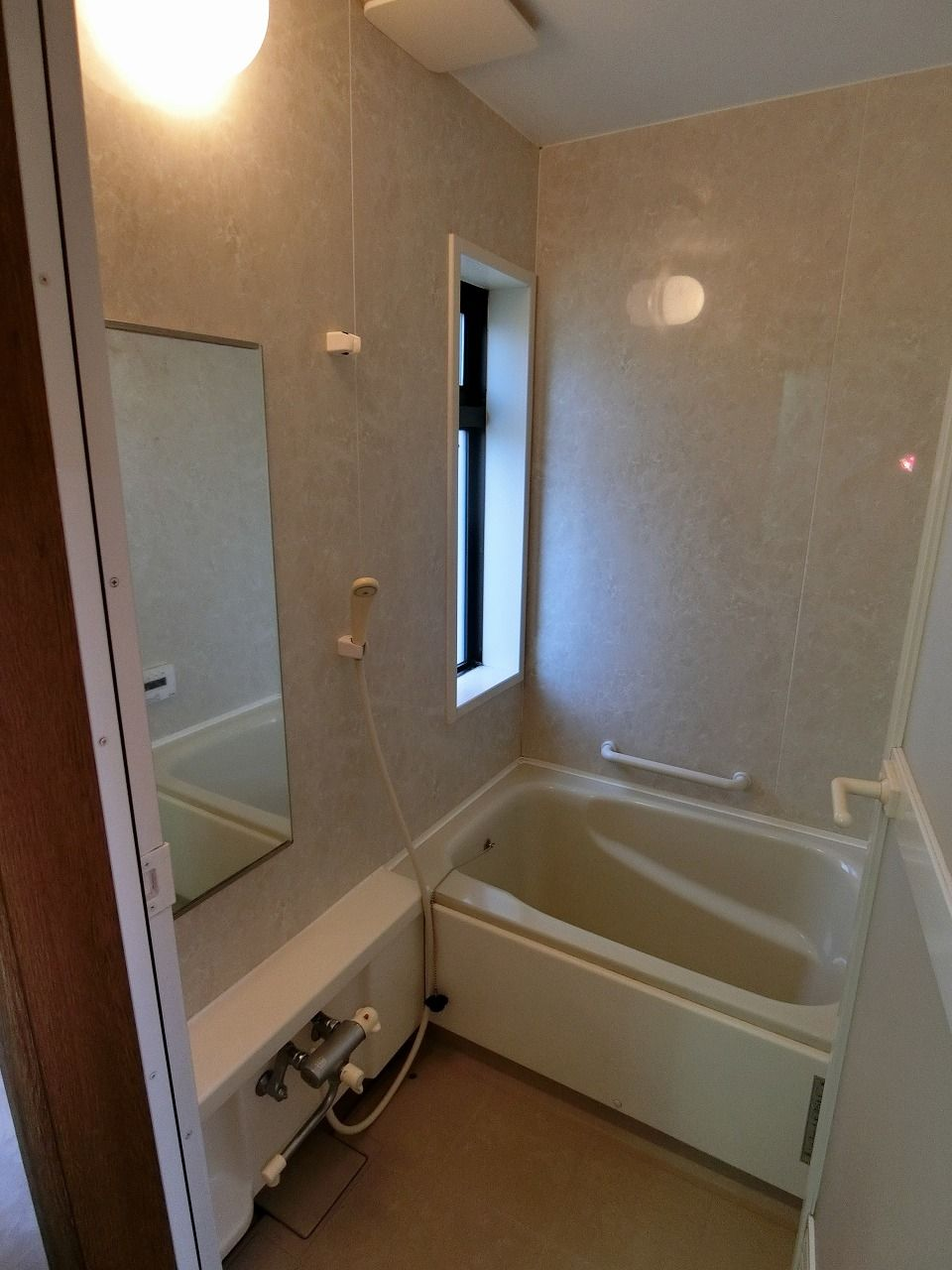 「パークテラスあざみ野」E棟の浴室の様子です。浴室に窓があります。