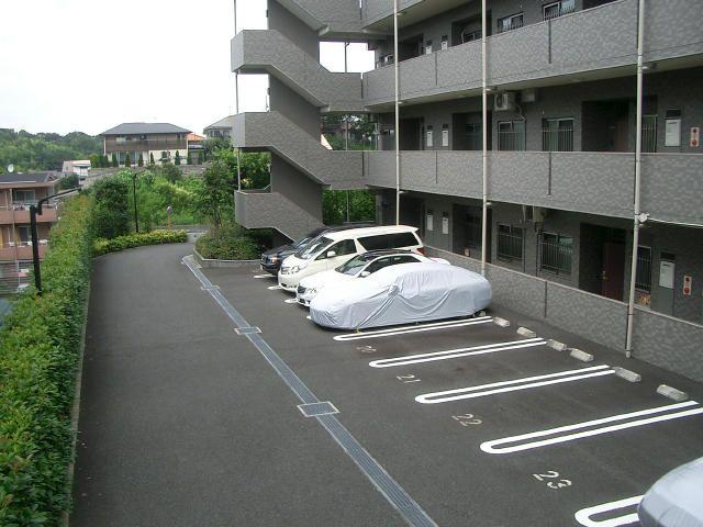 「フェアライフあざみ野」の敷地内駐車場
