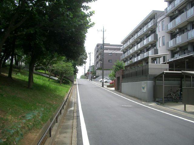 「フェアライフあざみ野」の前面道路