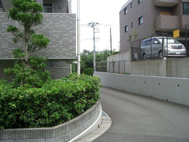 「フェアライフあざみ野」の敷地内駐車場へのスロープ
