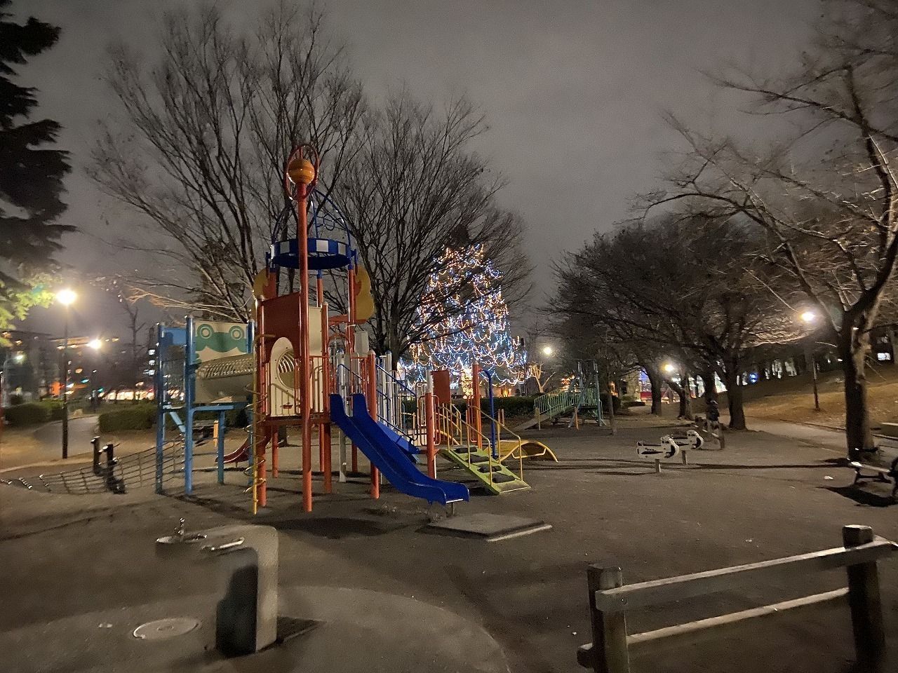 2019年の美しが丘公園のクリスマスツリー&遊具・滑り台