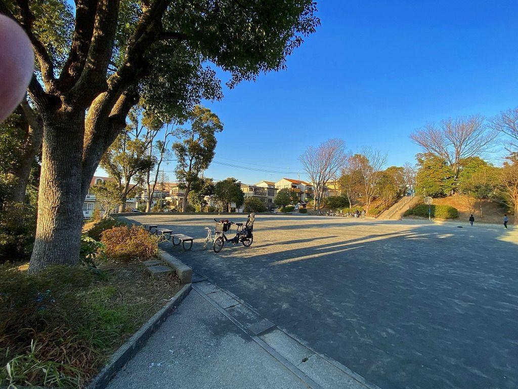山内公園には、グランドと遊具場があります。遊具場を下っていくと広々としたグラウンドがあります。これだけ広いと小さなお子さんの自転車の練習にも良いのではないかな…。(この記事のブログ№5732)