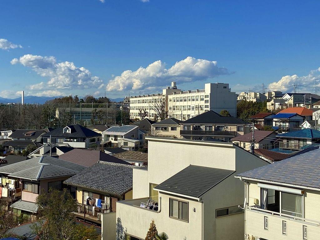 高台にある元石川小学校の様子