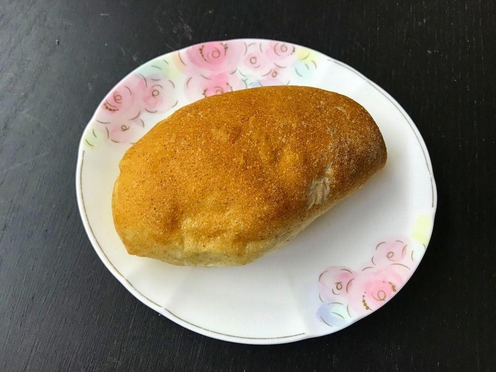 自家製粉のパン屋さんBio Complet(ビオ コンプレ)です。基本的に製粉後5日以内で製パン。製粉間もない小麦粉の風味。化学合成された添加物や卵は不使用です。有機JAS玄麦を使用してます。店舗の石臼で自家製粉してます。栄養素の高い小麦の外皮(ふすま・胚芽)部分も含め丸ごと使用。使用する食材は有機、オーガニックのものを極力使用することに努めている。焼き上げの2日前までには種を仕込む。前日に生地を作り一晩ゆっくり醗酵させる。旨みをじっくり引き出した味わい深いパン。