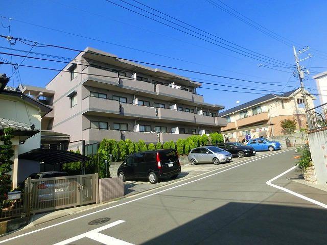 横浜市青葉区美しが丘4-22-5の賃貸マンションのアドバンスヴィラの外観と前面道路の様子です。