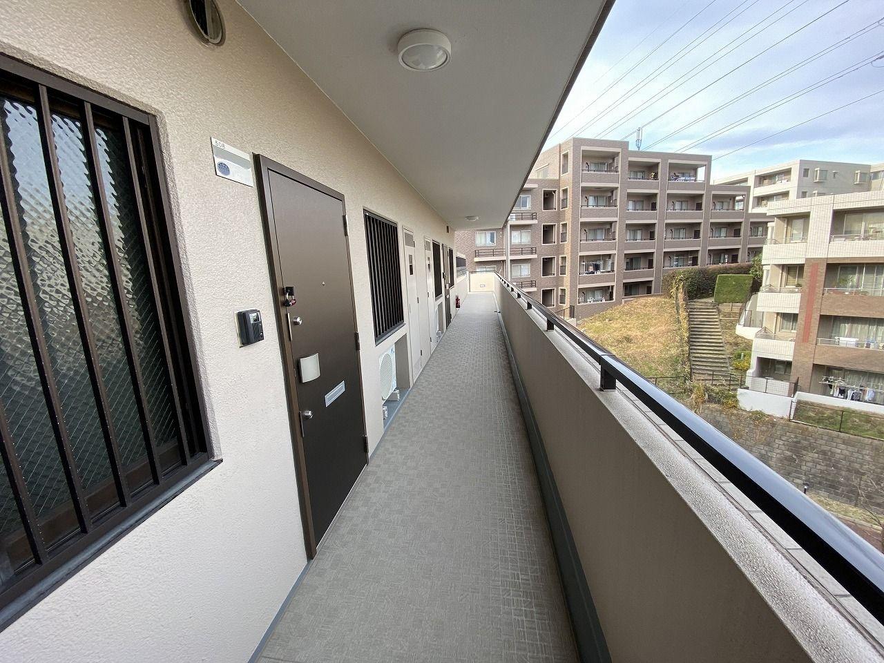 横浜市青葉区美しが丘2-13-2の賃貸マンション・レガートたまプラーザの共用廊下