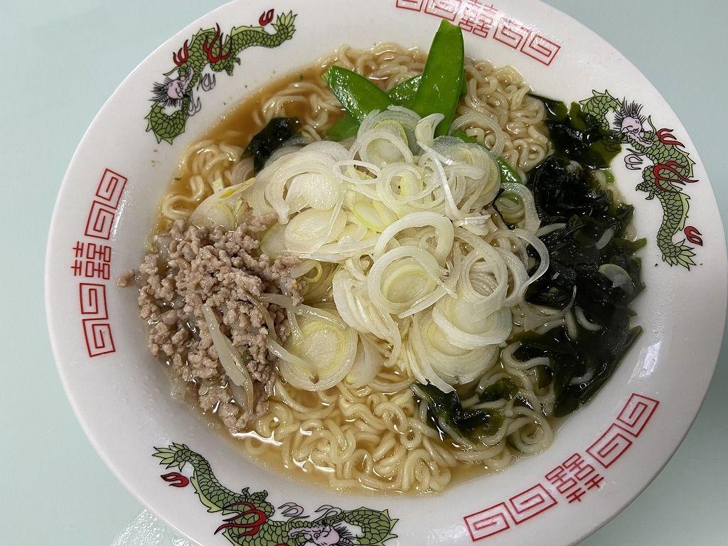 (この記事のブログ№6434)ひき肉もやし炒めと、絹さや、わかめを入れて彩りよく。ひき肉はどんなスープにも合うと思いますが、しょうゆ味にも相性が良いです!